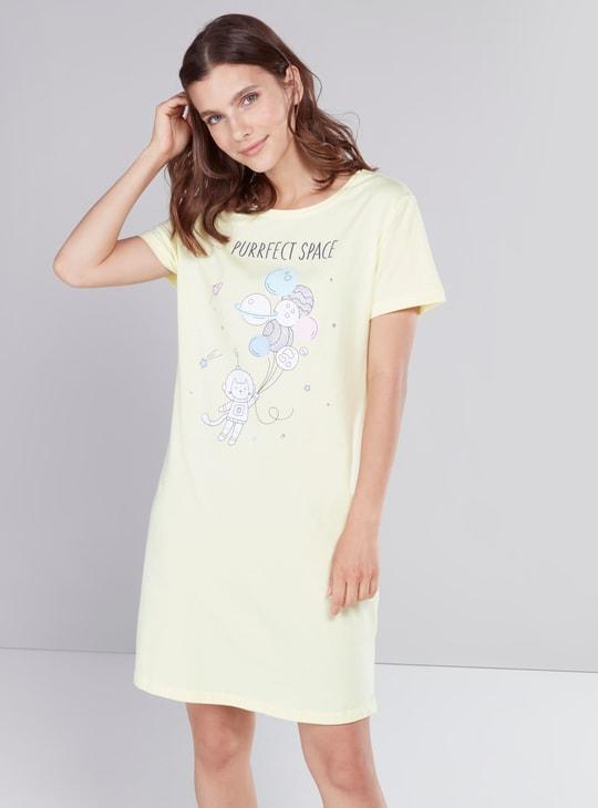 قميص نوم بأكمام قصيرة وطبعات