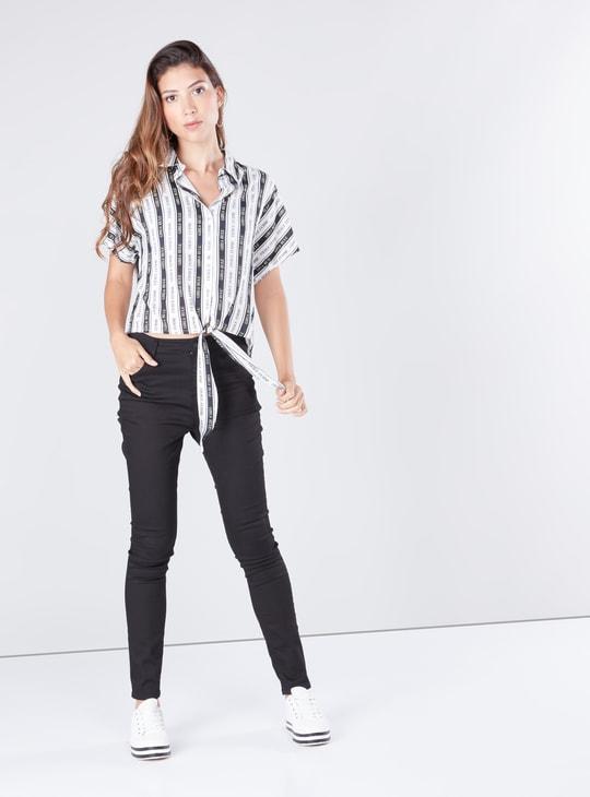 قميص قصير بأكمام قصيرة وأربطة وطبعات