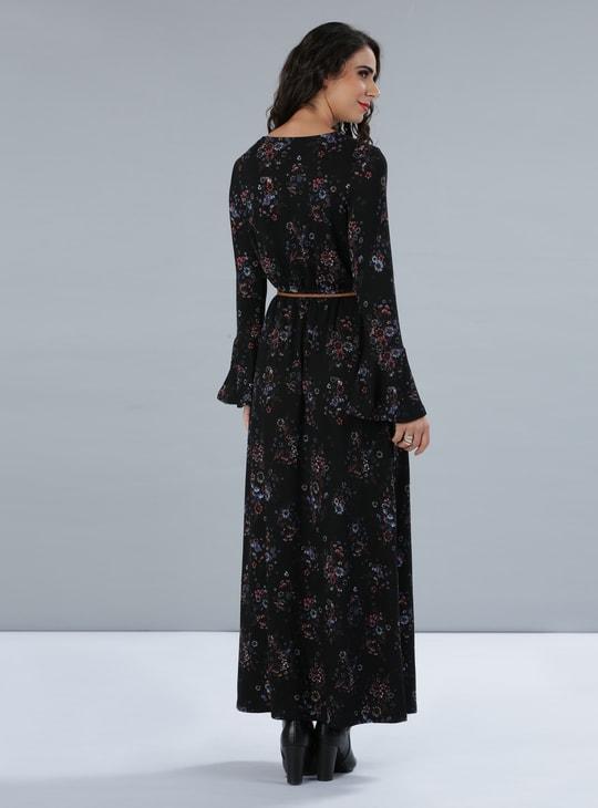 فستان طويل بطبعات أزهار وأكمام عريضة
