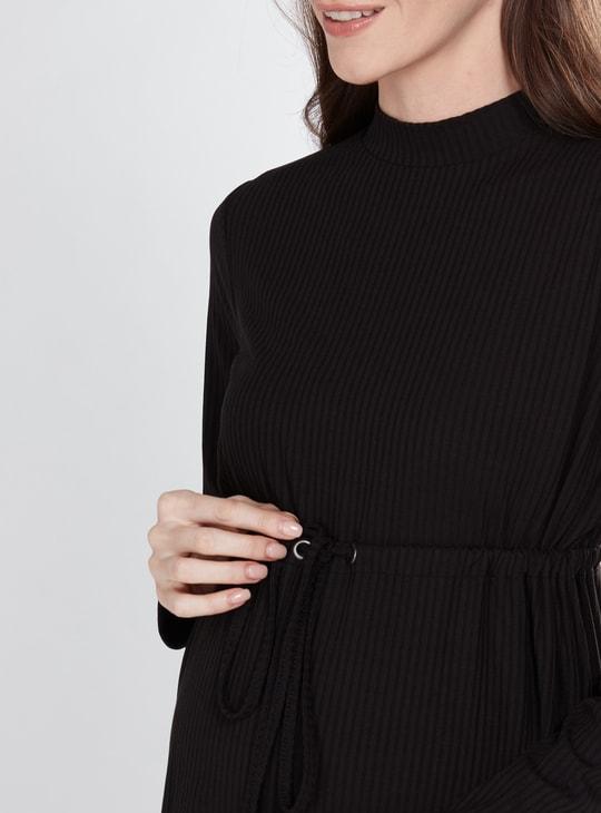 فستان حوامل مضلّع بأكمام طويلة وأربطة