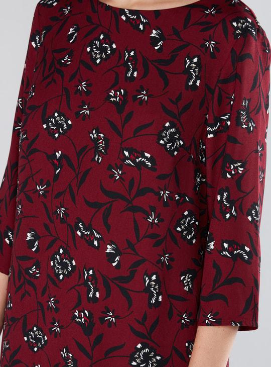 فستان متوسط الطول بأكمام 3/4 وياقة مستديرة وطبعات