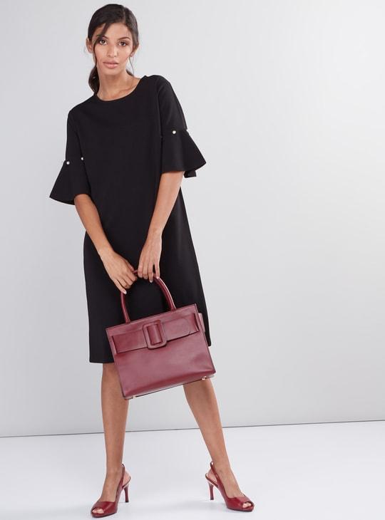 فستان متوسط الطول بياقة مستديرة وأكمام عريضة وتفاصيل لؤلؤ