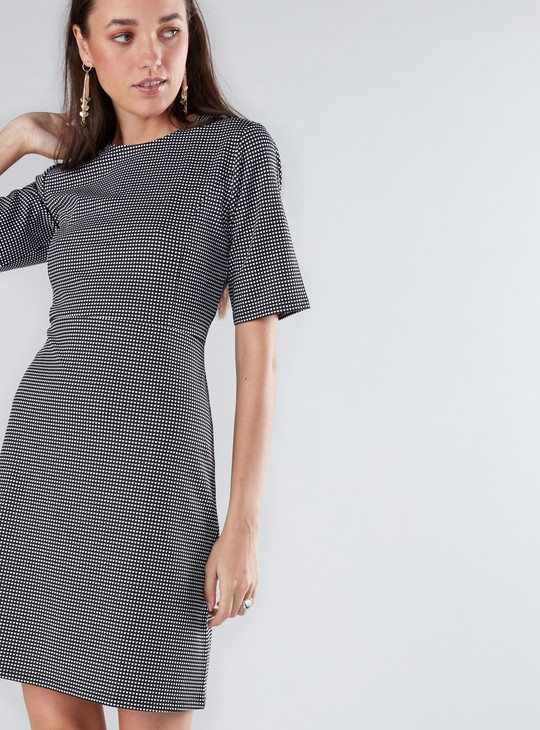 فستان متوسط الطول منقوش بياقة دائرية