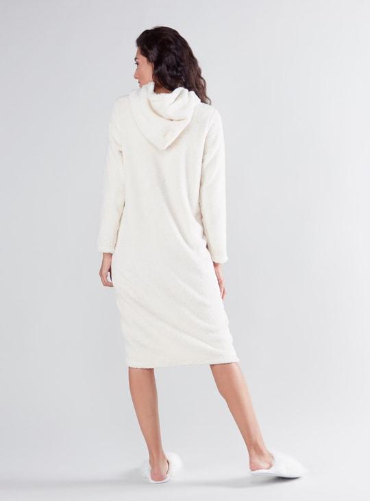 فستان نوم بارز الملمس بقبعة وأكمام طويلة