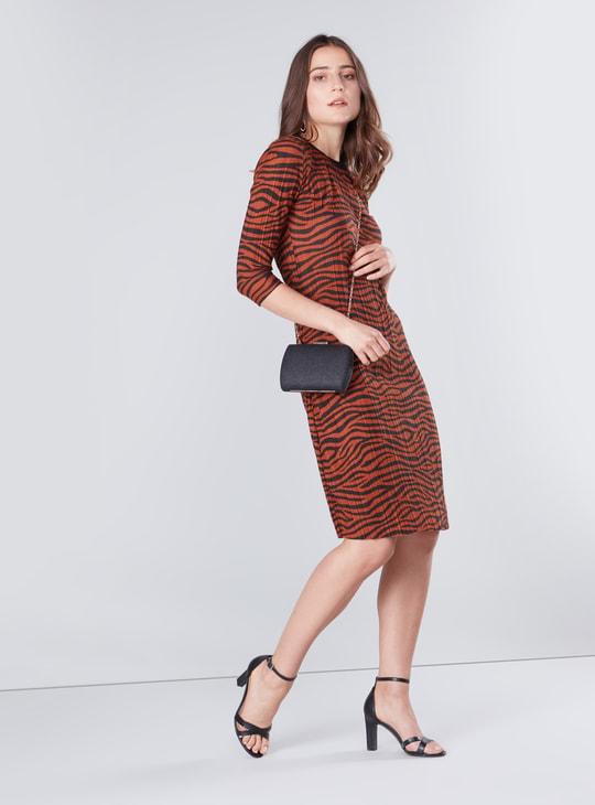 فستان واسع متوسط الطول بأكمام 3/4 وطبعات حيوان