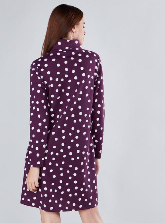 فستان واسع متوسط الطول بياقة عالية وأكمام طويلة وطبعات