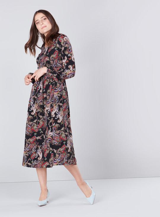 فستان إيه لاين متوسط الطول بياقة V وأكمام طويلة وطبعات