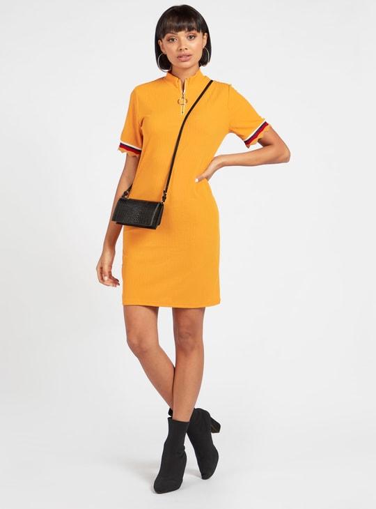 فستان قصير بارز الملمس بقصّة ضيقة وأكمام قصيرة وسحّاب