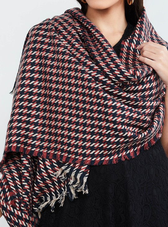 MAX Houndstooth Patterned Frayed Hem Shawl