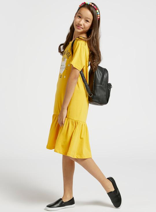 فستان ميدي متعدّد الطبقات بياقة مستديرة وأكمام قصيرة وطبعات جرافيك