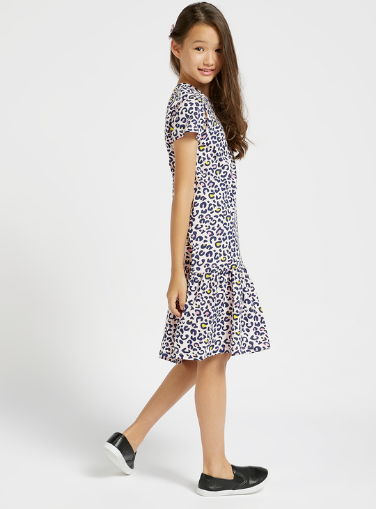 فستان متعدد الطبقات بطبعات حيوانات وياقة مستديرة وأكمام قصيرة