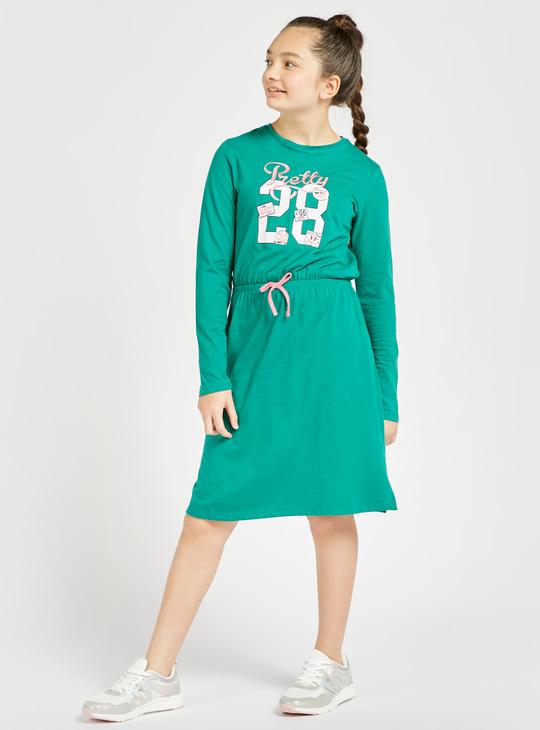 فستان بطول الركبة بأكمام طويلة وطبعات