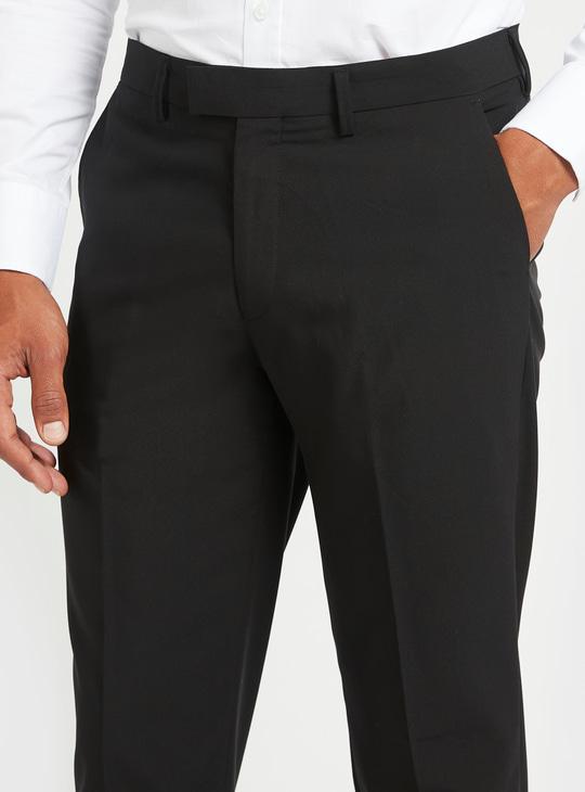 بنطلون سادة بقصّة سليم بتفاصيل جيوب وحلقة حزام