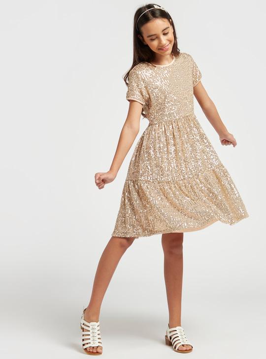 فستان بياقة مستديرة وأكمام قصيرة وتفاصيل ترتر