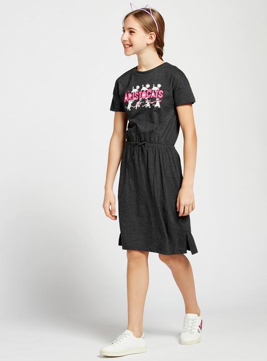 فستان تيشيرت بياقة مستديرة وأكمام قصيرة وطبعات