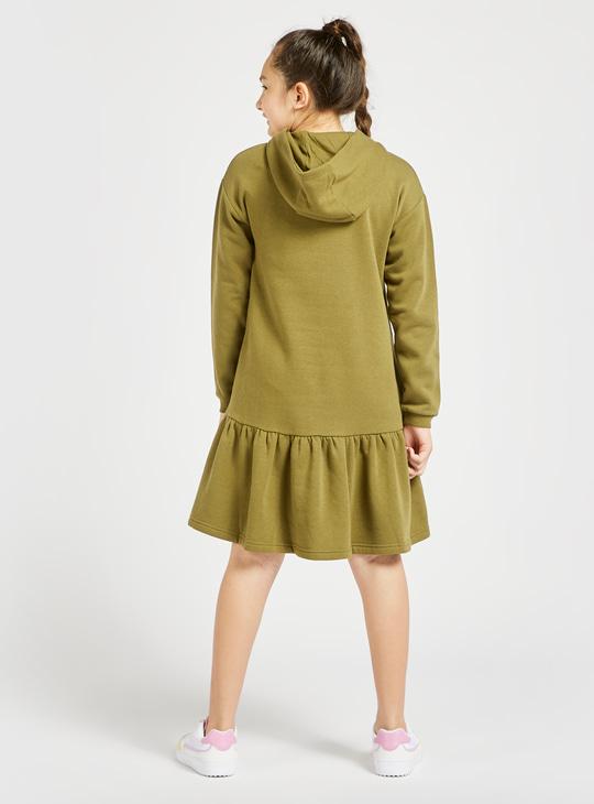 فستان كنزة مزين بتصميم مشروم بالترتر وقبعة وأكمام طويلة