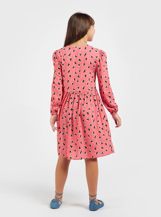 فستان بطول الركبة بطبعات قلب وأكمام طويلة