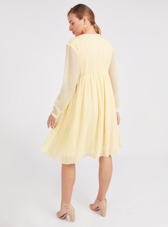 فستان حوامل قصير بارز الملمس بقصة إيه لاين وياقة V وأكمام طويلة