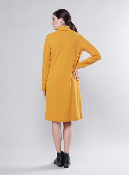 فستان حوامل إيه لاين بارز الملمس متوسط الطول بأكمام طويلة وياقة ضيّقة