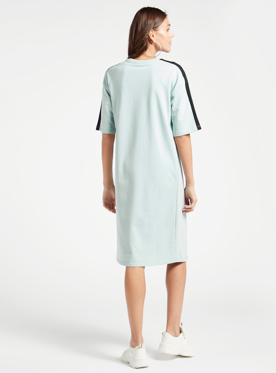 فستان تيشيرت للحوامل بياقة ضيقة وأكمام قصيرة وطبعات جرافيك