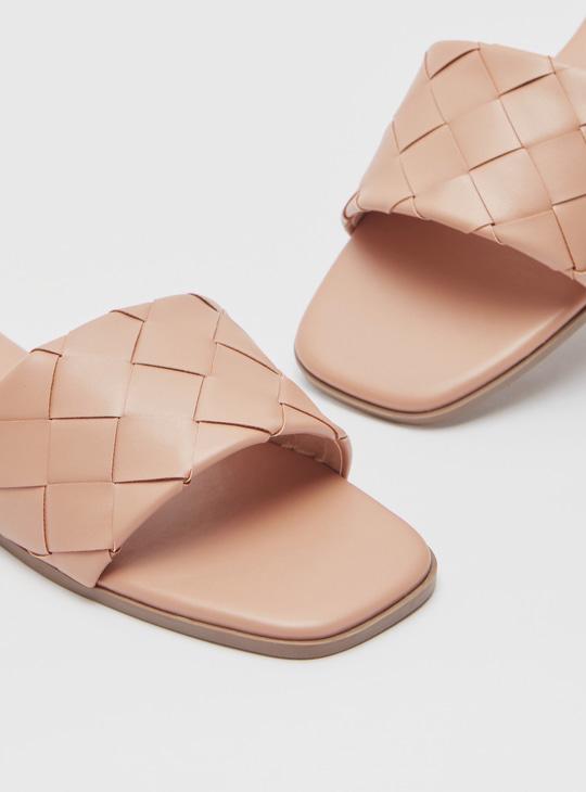 حذاء خفيف سهل الارتداء بتفاصيل منسوجة