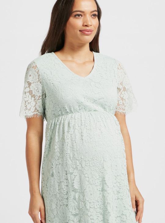 فستان حمل دانتيل متعدد الطبقات متوسط الطول بياقة V وأكمام قصيرة
