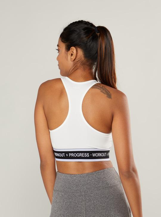 صدرية رياضية بتصميم متقاطع من الخلف وطبعات نصية