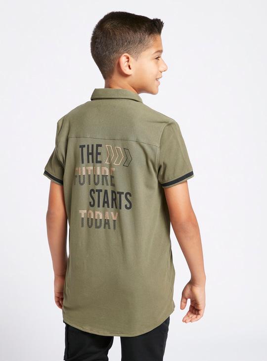قميص بياقة عادية وأكمام قصيرة وطبعات تيبوجرافيك