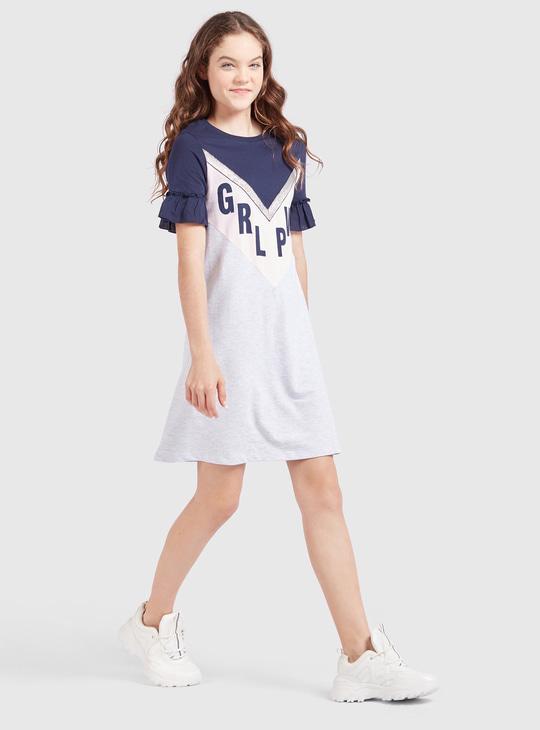 فستان قصير بطبعات وأكمام منفوشة وياقة مستديرة