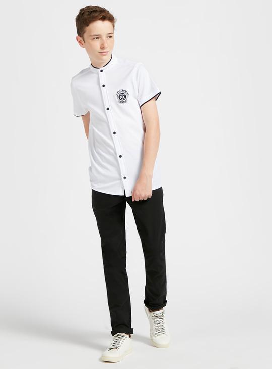 قميص مطرّز بأكمام قصيرة وياقة ماندارين