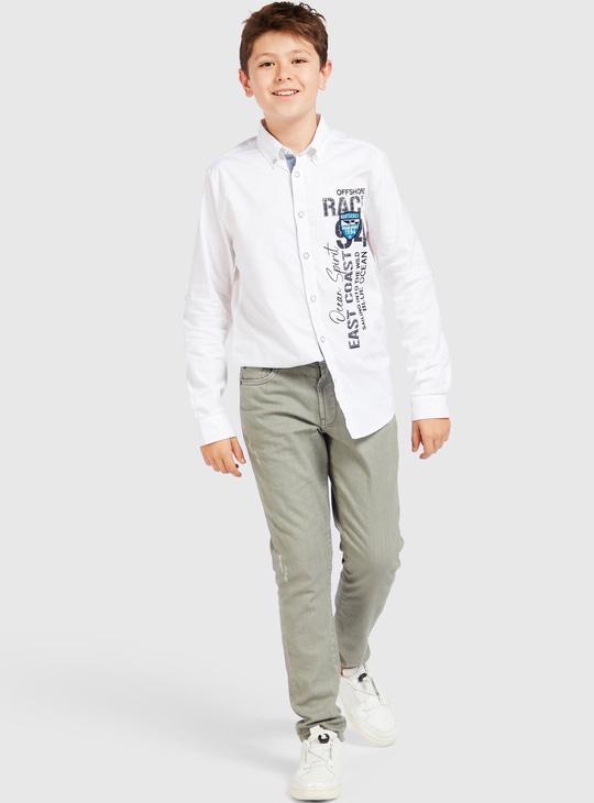 قميص بياقة عادية وأكمام طويلة وطبعات تايبوجرافيك