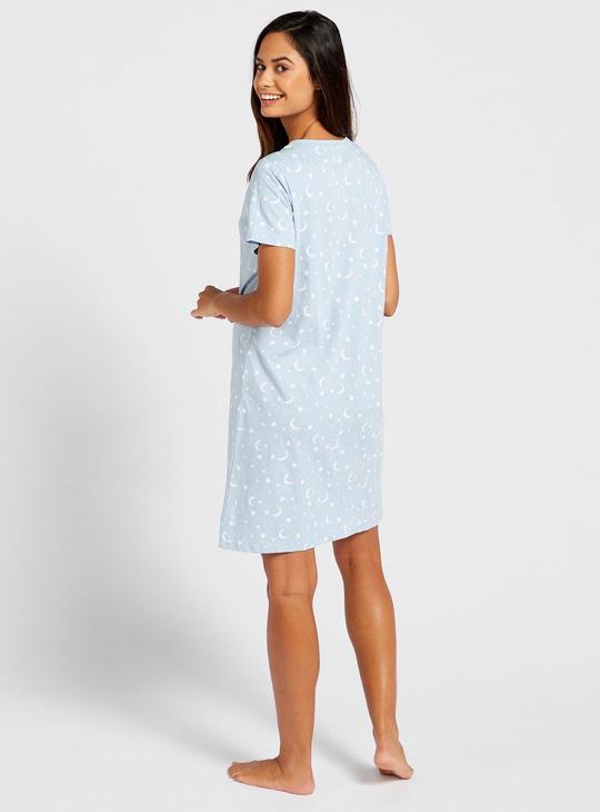قميص نوم بطبعات برقبة على شكل V وأكمام قصيرة