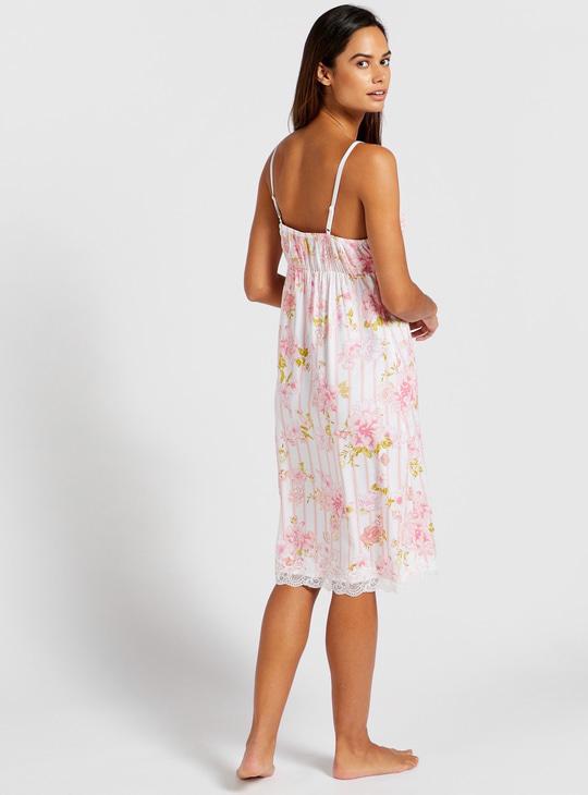 قميص نوم بياقة v وطبعات أزهار وأحزمة رفيعة