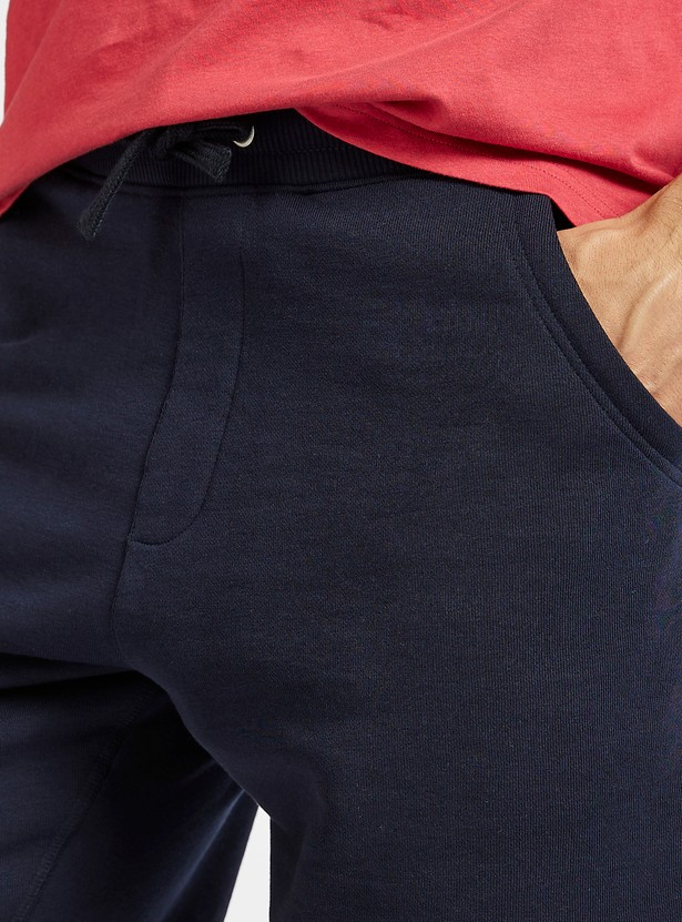 شورت مضلع متوسط الارتفاع مع تفاصيل جيوب ورباط إغلاق