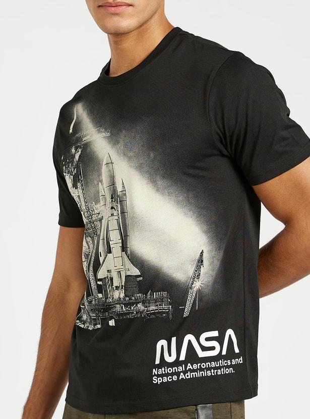 تيشيرت سليم بأكمام قصيرة وياقة ضيقة وطبعات جرافيك ناسا