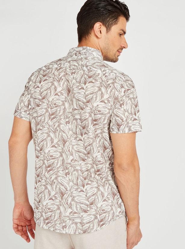 قميص بقصة سليم بياقة عاديّة وأكمام قصيرة وطبعات