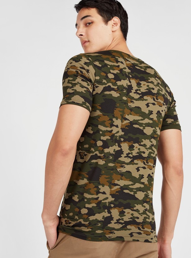 Slim Fit Camouflage Print T-shirt with V-neck and Short Sleeves
