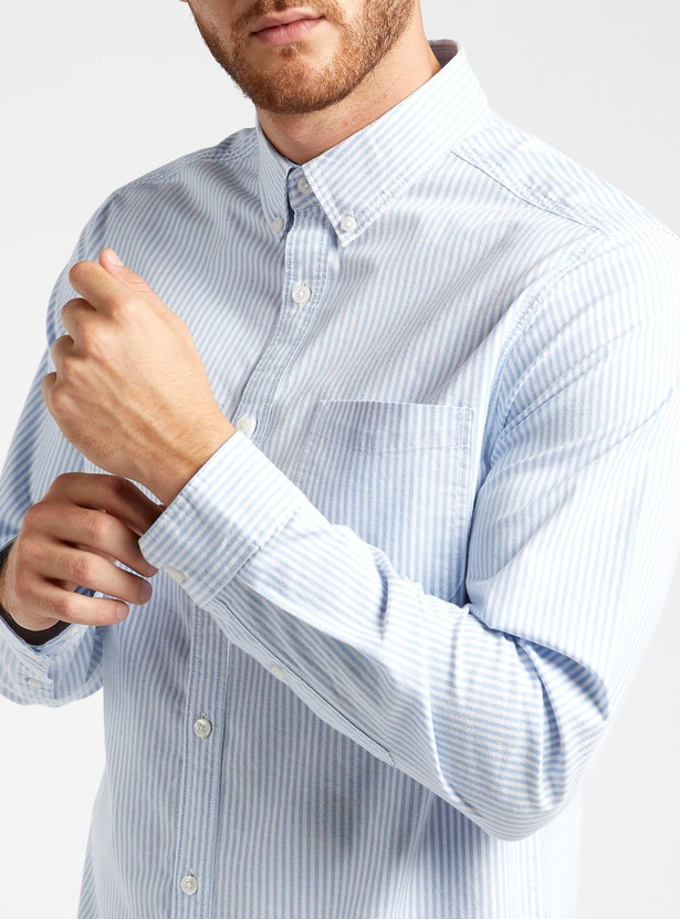 قميص  أكسفورد مخطط مطاطي بأكمام طويلة وجيب على الصدر