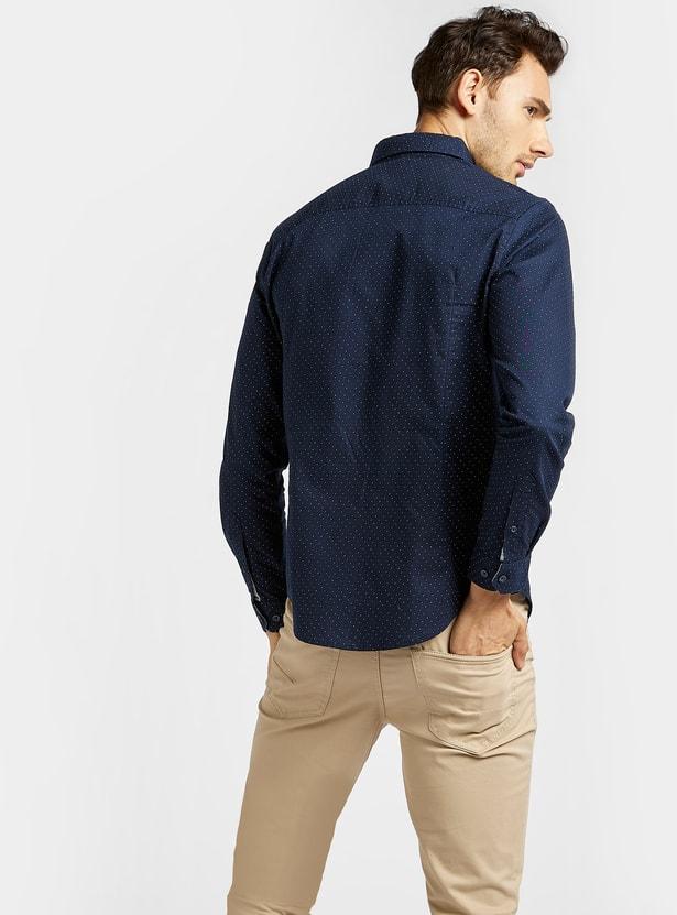 قميص بياقة عادية وأكمام طويلة وطبعات منقّطة