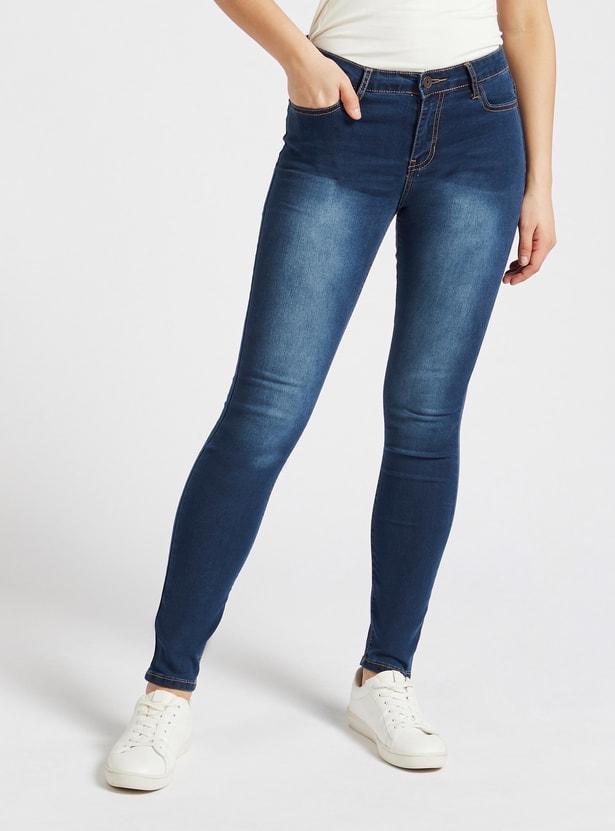 بنطلون جينز سادة بخصر متوسّط الإرتفاع وتفاصيل جيوب