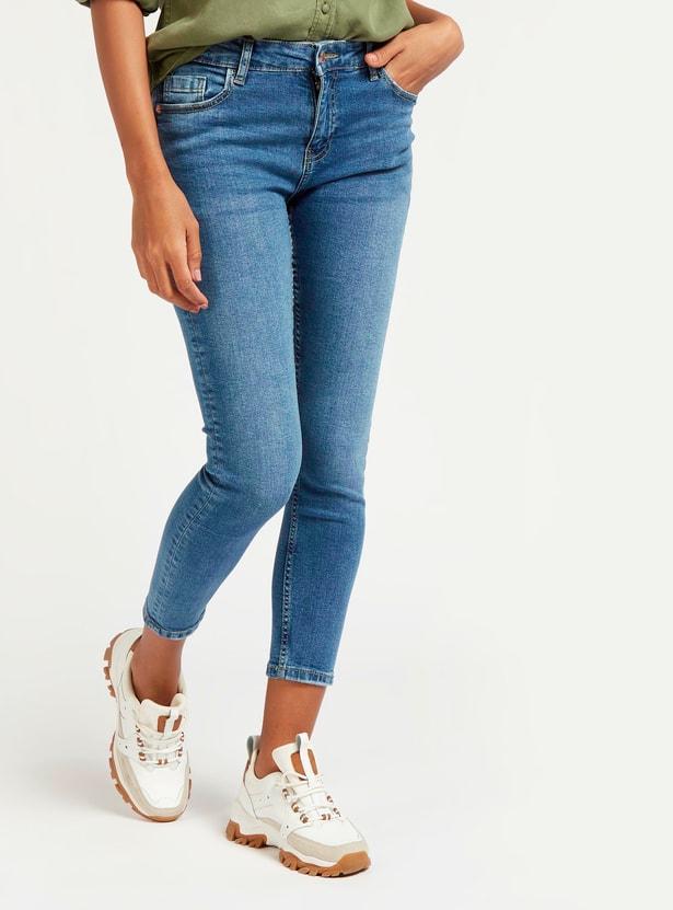 بنطلون جينز سكيني قصير سادة بخصر متوسط الارتفاع وجيوب وعراوي