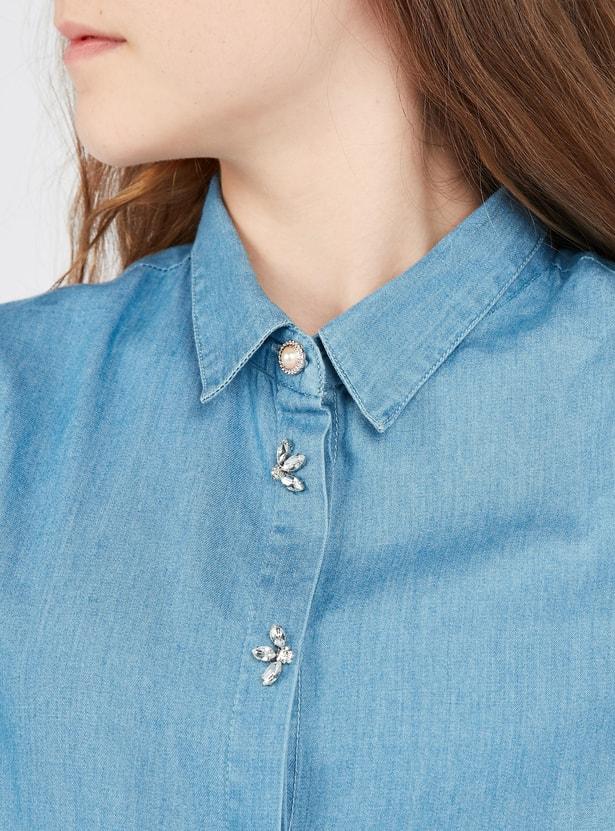 قميص دنيم مزين بأكمام قصيرة