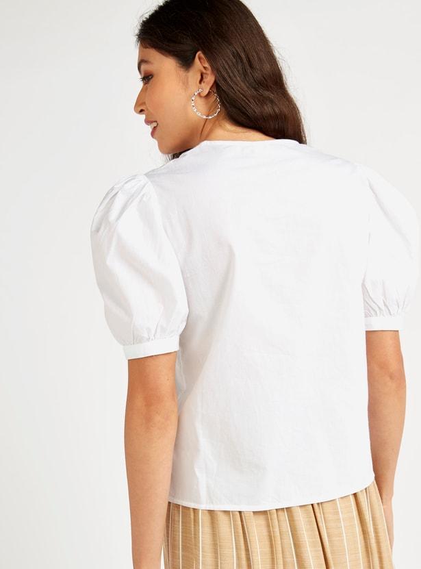 قميص سادة بياقة v وأكمام قصيرة منفوشة