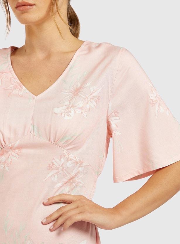 قميص نوم بياقة V وأكمام قصيرة وطبعات زهريّة
