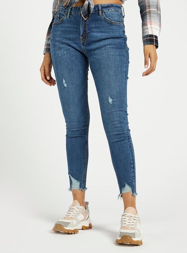 بنطلون جينز قصير ممزّق سوبر سكيني فيت بخصر مرتفع وتفاصيل جيوب