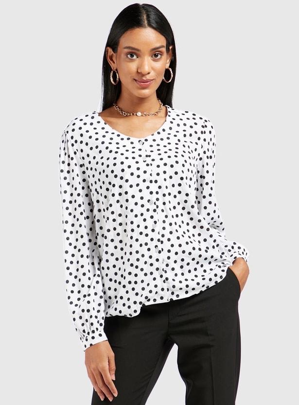 قميص بأكمام طويلة وطبعات منقّطة وأزرار