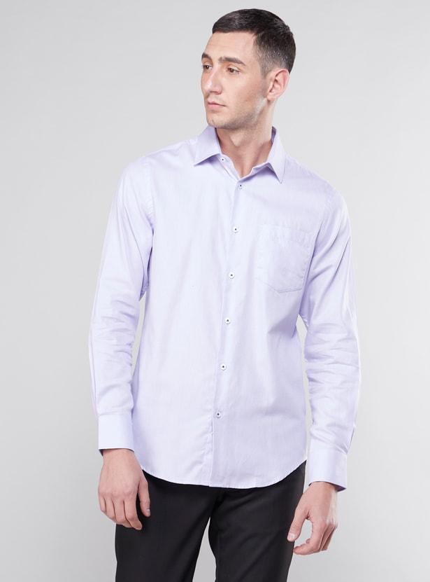 قميص بأكمام طويلة وقَصة مطابقة للجسم بتفاصيل جيب