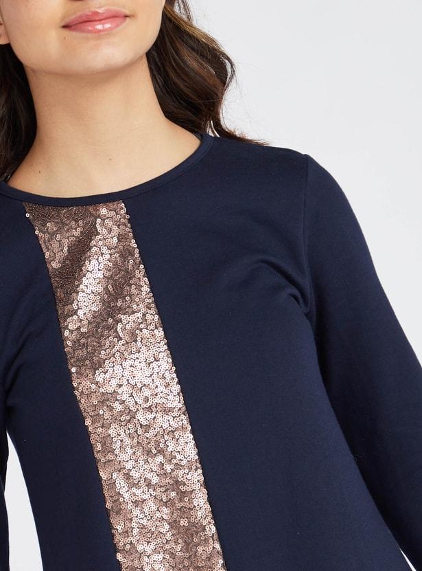 فستان قصير مزين بالترتر بياقة مستديرة وأكمام طويلة
