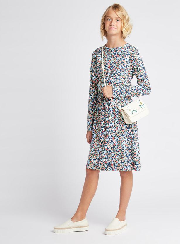 فستان بطول الركبة بياقة مستديرة و أكمام طويلة وطبعات