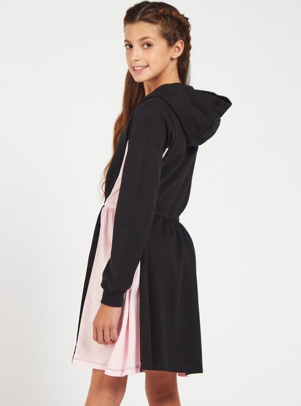 فستان كنزة بطول الركبة بياقة بقبعة وأكمام طويلة وطبعات